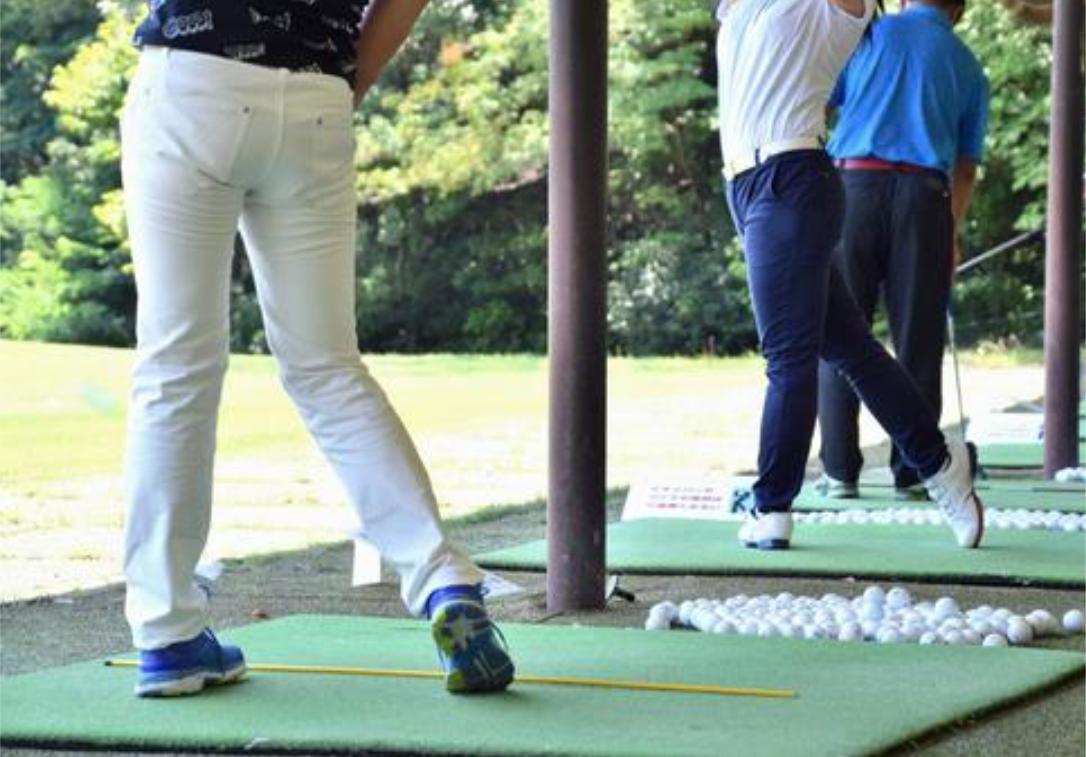ゴルフウェアメンズ練習風景